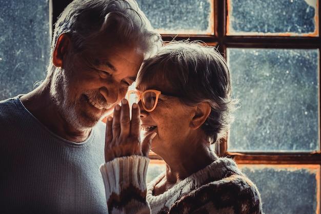 冬のシーズンに自宅で自信を持って引退したカップル