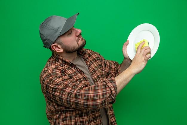 스폰지로 접시를 청소 하는 자신감 슬라브 청소기 남자
