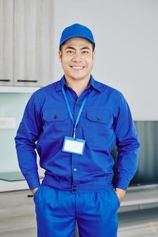 自信を持って笑顔のベトナム人労働者
