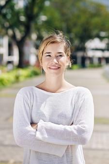 自信を持って笑顔の若い女性