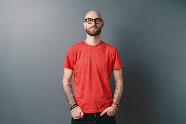 블랙 프레임 안경을 쓰고 자신감 세련 된 젊은 수염 된 남자