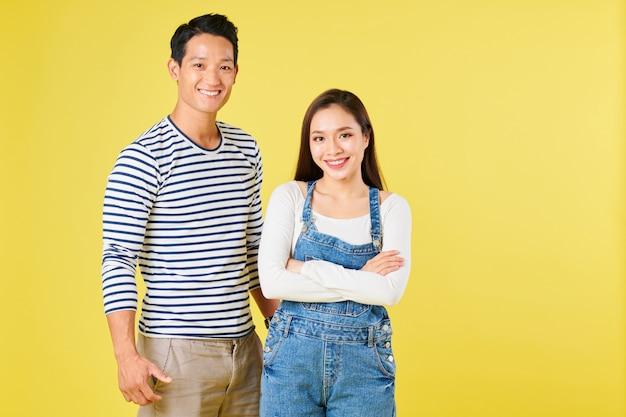 Уверенная в себе вьетнамская пара