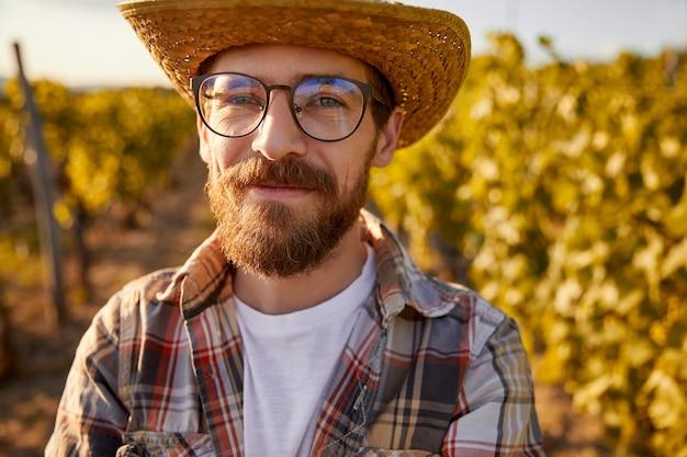 ブドウ畑で自信を持ってワインメーカー