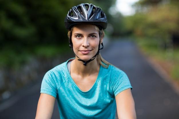 自信を持って女性が道路でサイクリング