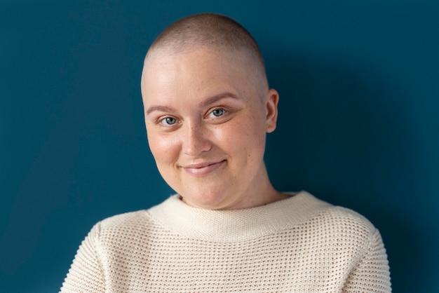 Donna sicura che combatte il cancro al seno breast