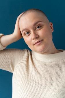 Уверенная женщина борется с раком груди