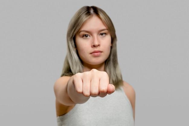 彼女のサポートを示す自信を持って女性の拳バンプ