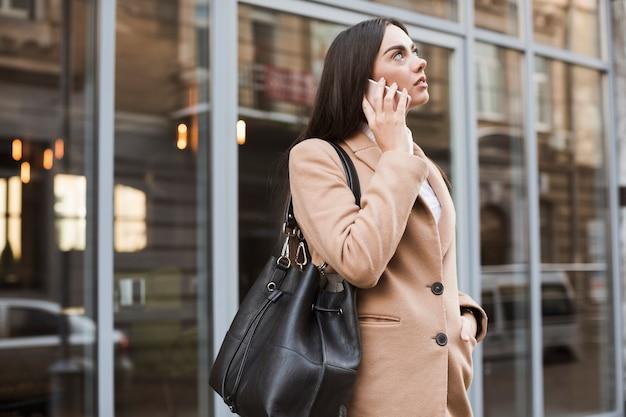 屋外で話す自信のある女性