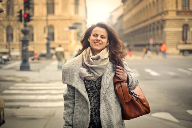 自信を持って女性が街を歩いて