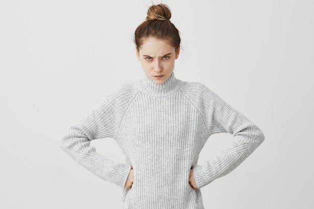 腰に腕を保持している怒っている視線で自信を持って女性。恐ろしい探している夫に腹を立てている動揺の主婦。関係、人々のコンセプト