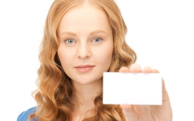 白の上の名刺を持つ自信のある女性