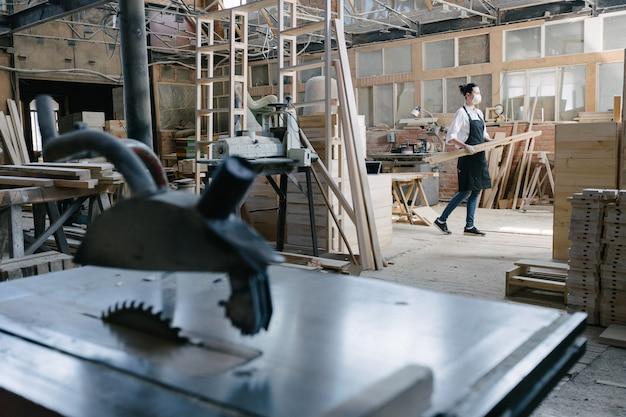 Уверенная женщина, работающая плотником