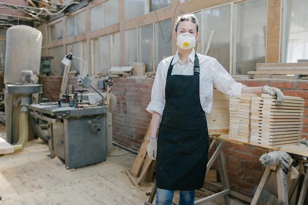 大工として働く自信のある女性