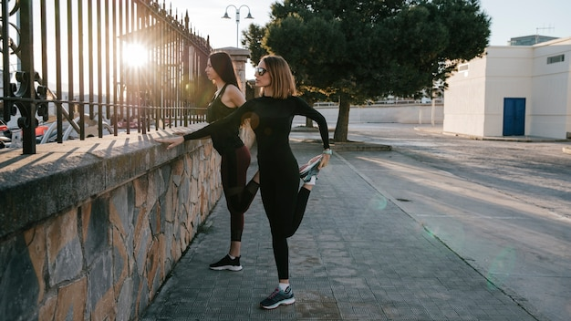 Уверенные женщины тренируются вместе на улице