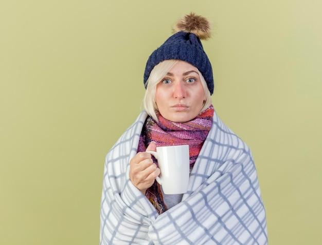 Уверенно молодая блондинка больна славянская женщина в зимней шапке