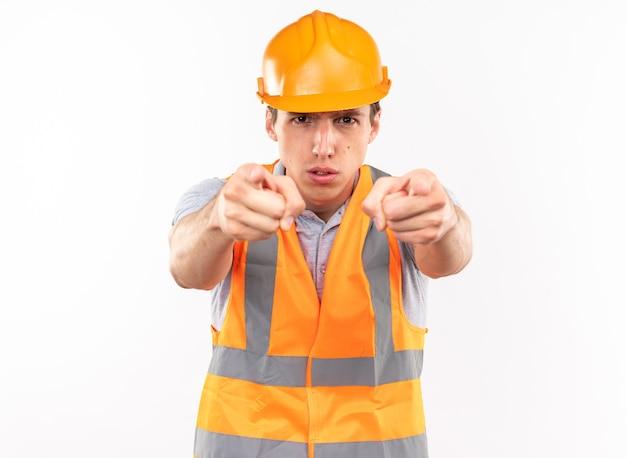 제스처를 보여주는 제복을 입은 자신감 있는 젊은 건축업자