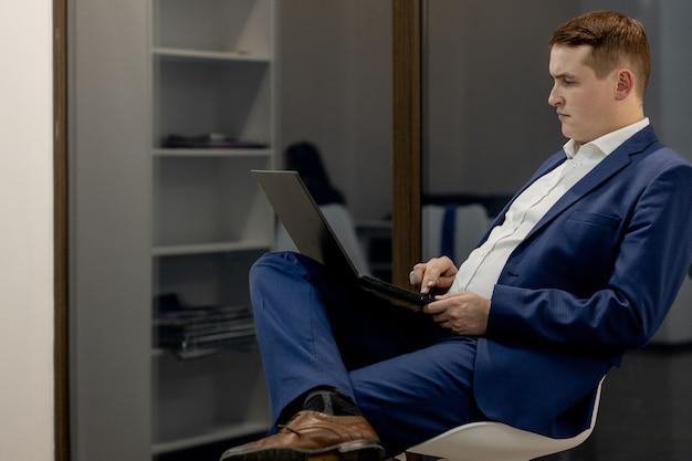 그의 사무실에 앉아 확신 젊은 사업가