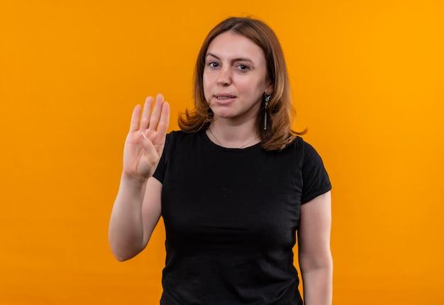 コピースペースと孤立したオレンジ色のスペースで4を示す自信を持って若いカジュアルな女性