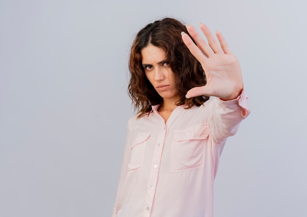 Fiducioso giovane ragazza caucasica gesti stop mano segno