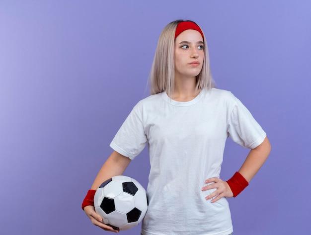 ヘッドバンドを身に着けている中かっこで自信を持って若い白人のスポーティな女の子