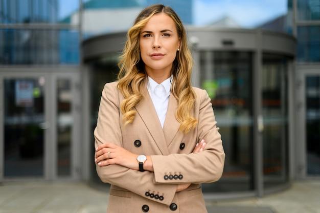 現代の都会の環境で屋外に自信を持って若い女性マネージャー