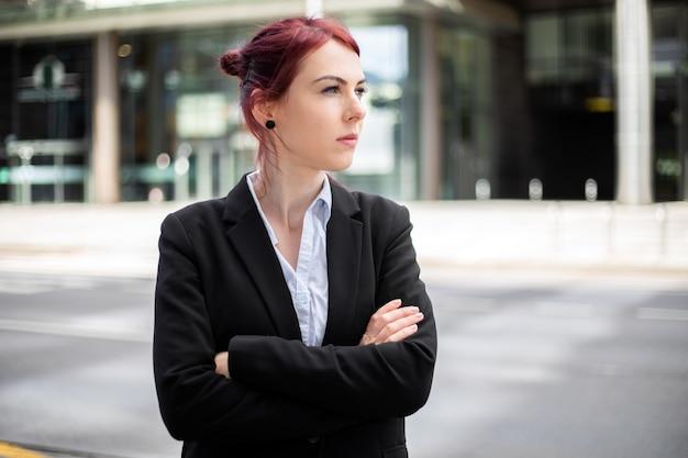현대 도시 환경에서 야외 자신감 젊은 여성 관리자