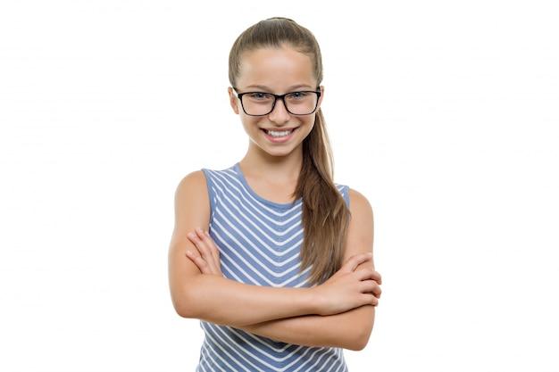 腕を組んでメガネで自信を持って若い女子学生