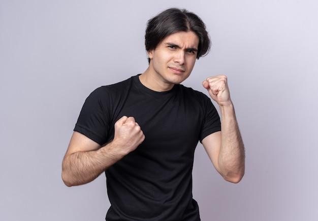 흰 벽에 고립 된 포즈 싸움에 검은 티셔츠 서 입고 자신감 젊은 잘 생긴 남자