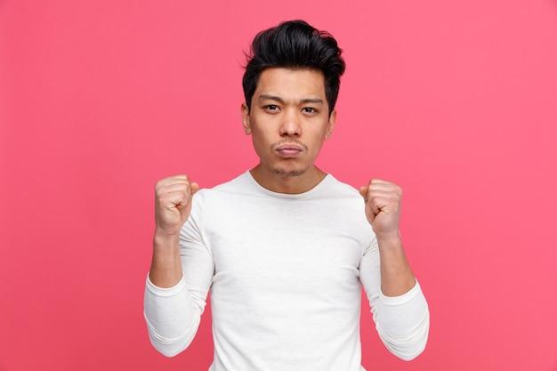 Уверенный молодой человек делает сильный жест