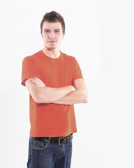 Уверенный молодой человек в оранжевой рубашке. изолированные на белом фоне