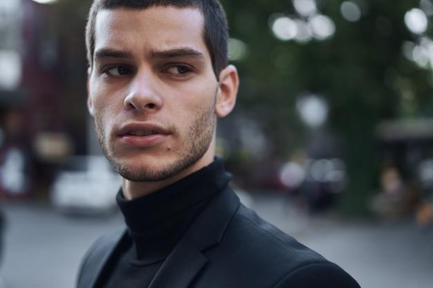유럽 도시의 거리에서 걷고 자신감 젊은 남자