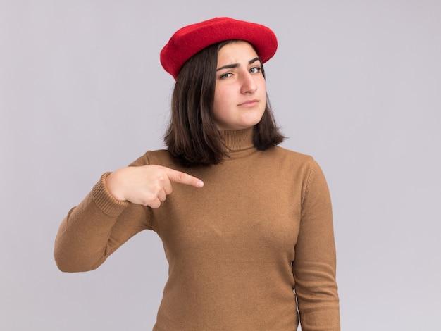 ベレー帽の帽子を横に向けて自信を持って若いかなり白人の女の子