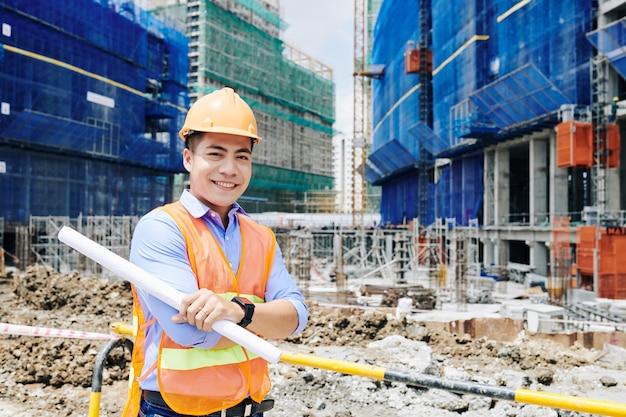 自信を持って若いベトナム人エンジニア
