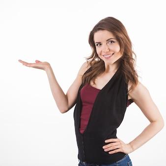 Уверен молодая женщина, представляя на стороне, изолированных на белом фоне