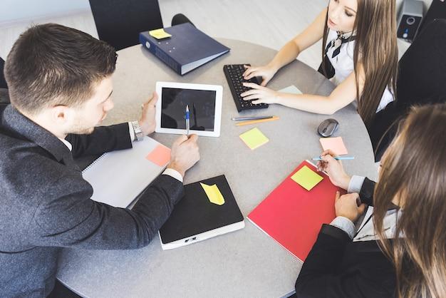사무실에서 충돌, 위에서 보기, 태블릿 pc를 조롱합니다. 수업 중인 학생