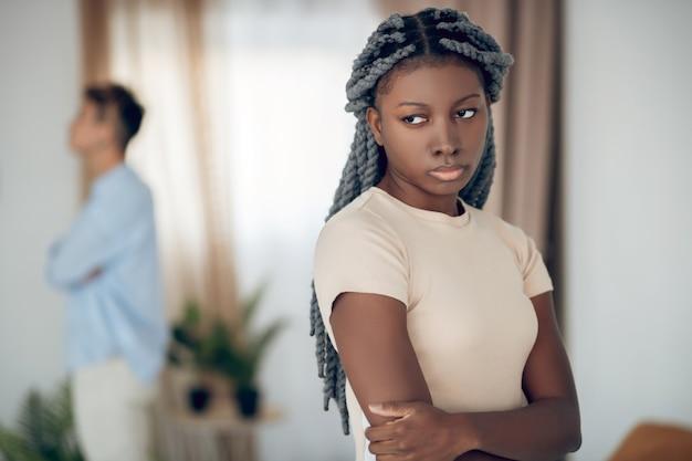 Конфликт. однополая пара ссорится и выглядит несчастной