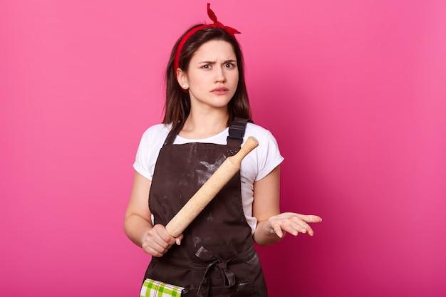 혼란 스 러 워 활성 검은 머리 여자 핑크 위에 단단히 격리 스탠드