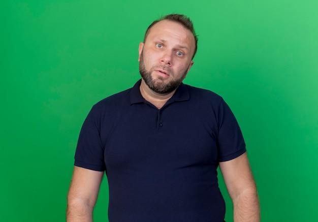 Uomo slavo adulto confuso che sembra isolato
