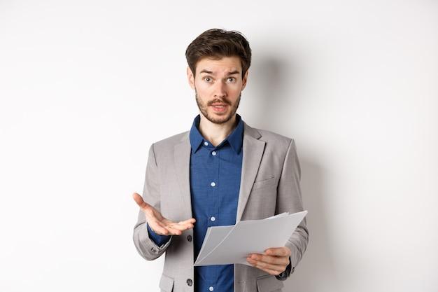 Смущенный бизнесмен, глядя на плохой документ