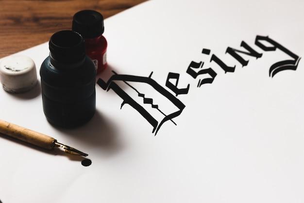 서예 스타일의 잉크로 만든 혼란스러운 desing 단어
