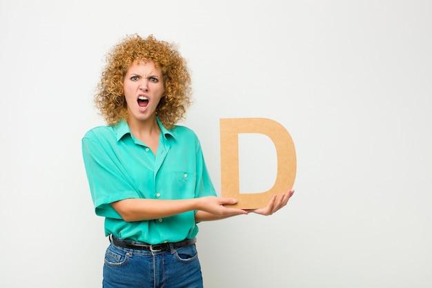 Смущенный, сомнительный, думающий, держа букву d в алфавите, чтобы сформировать слово или предложение.