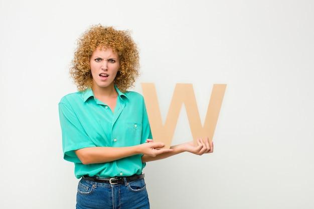 Смущенный, сомнительный, думающий, держа букву w в алфавите, чтобы сформировать слово или предложение.