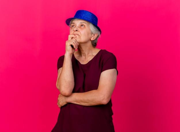 파티 모자를 쓰고 혼란 스 러 워 노인 여성 보유 턱 핑크에 올려