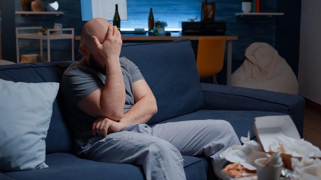 Сбитый с толку разочарованный нервный человек, нарушающий письмо о долге, плохой финансовый отчет, проблема с деньгами ...
