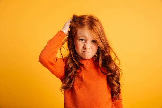 혼란 스 러 워 작은 빨강 머리 소녀