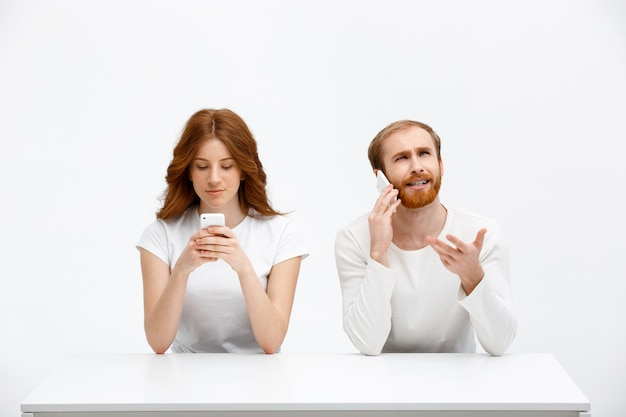 Путать человек говорить по телефону, девушка улыбка на мобильном дисплее