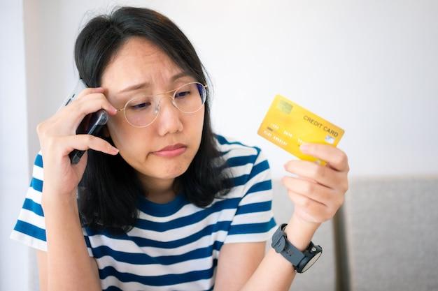 온라인 지불에 문제가 신용 카드를 들고 젊은 여자의 혼란 초상화