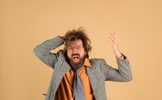 スーツを着た男性教師の学校の肖像画に戻ってスーツ教育で混乱した教師のひげを生やした男