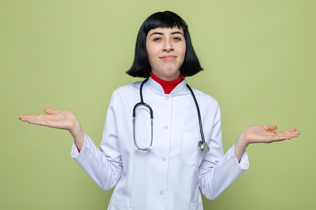 청진 기 손을 잡고 의사 유니폼에 혼란된 젊은 예쁜 백인 여자
