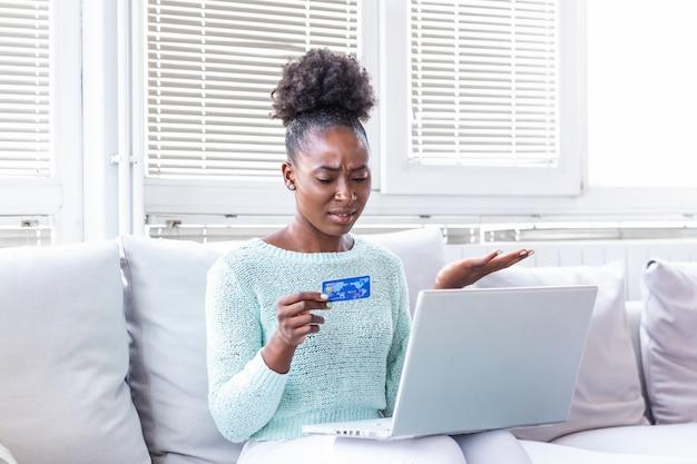 Путать молодая женщина, имеющая проблемы с кредитной картой